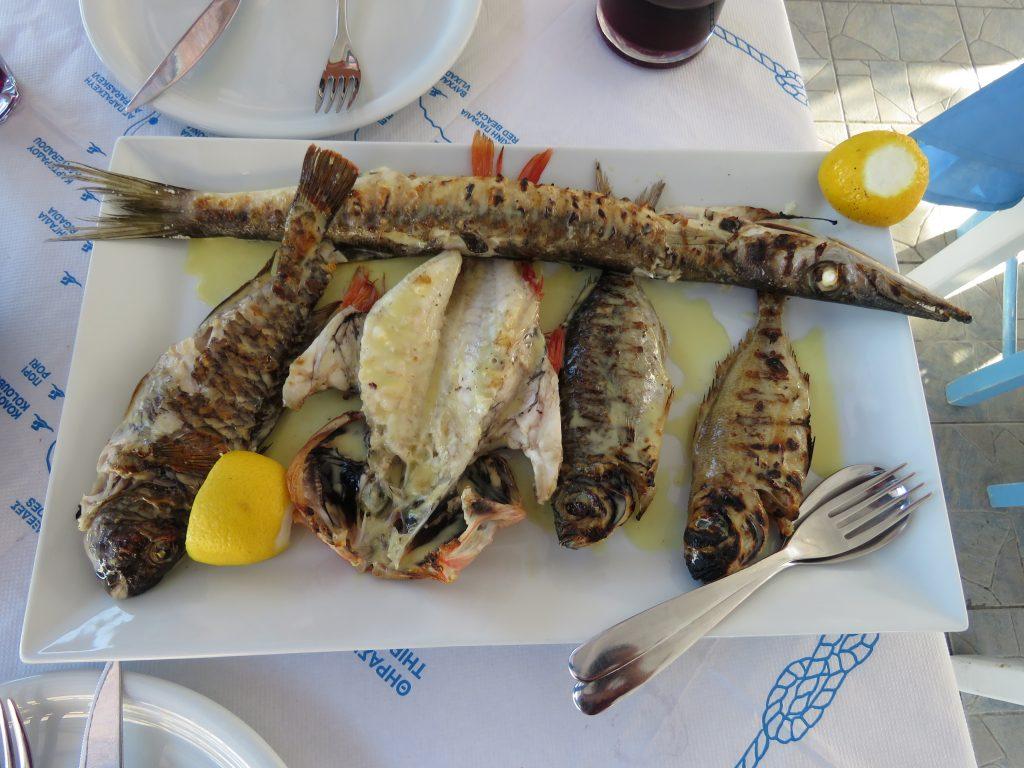 Obiad w tawernie Fratzeskos w Perissie