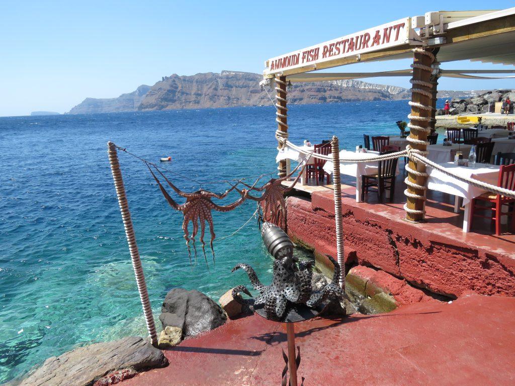 Suszące się na lince ośmiornice w Zatoce Ammoudi