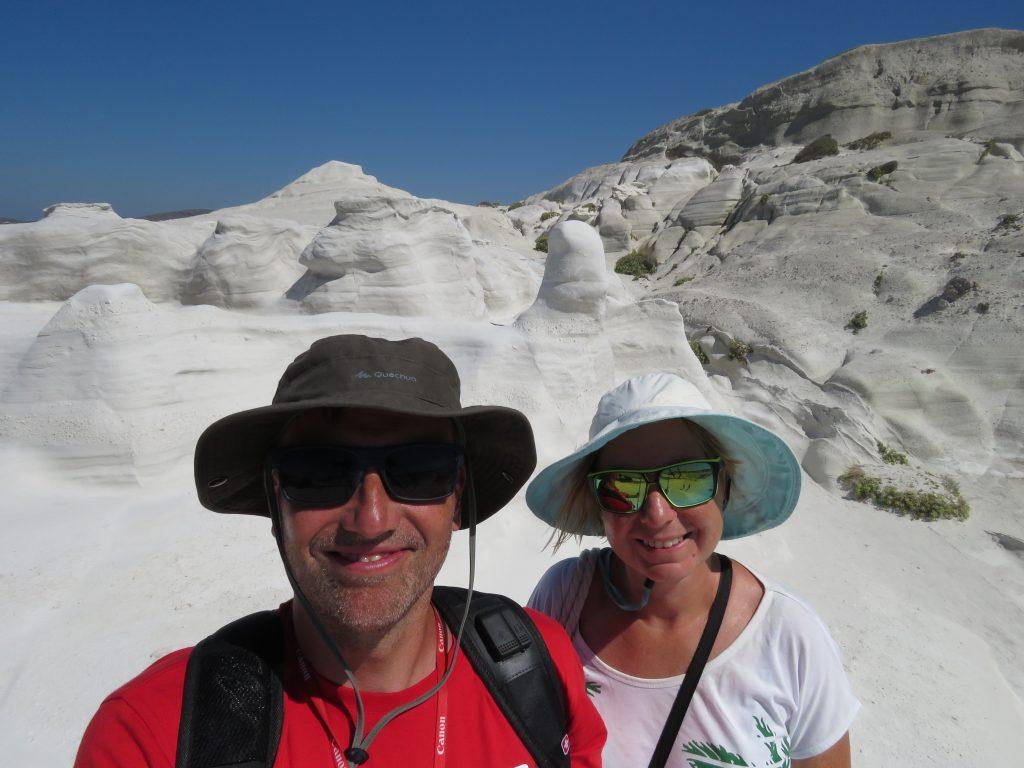 Śnieżna biel skał w Sarakiniko