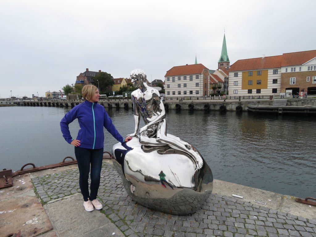 """""""On"""" - rzeźba w Helsingør będąca odpowiedzią na kopenhaską Małą Syrenkę"""