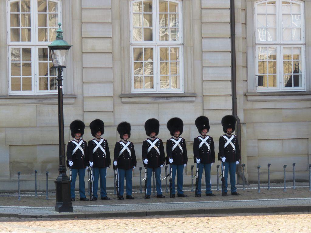 Zmiana warty w Amalienborg w Kopenhadze