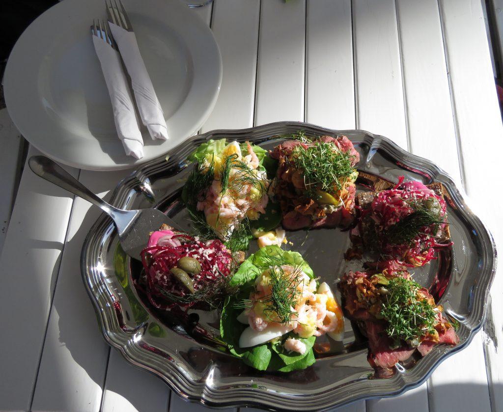 """Smørrebrød, czyli """"wypasione"""" duńskie kanapki o niezwykłych połączeniach smaków"""