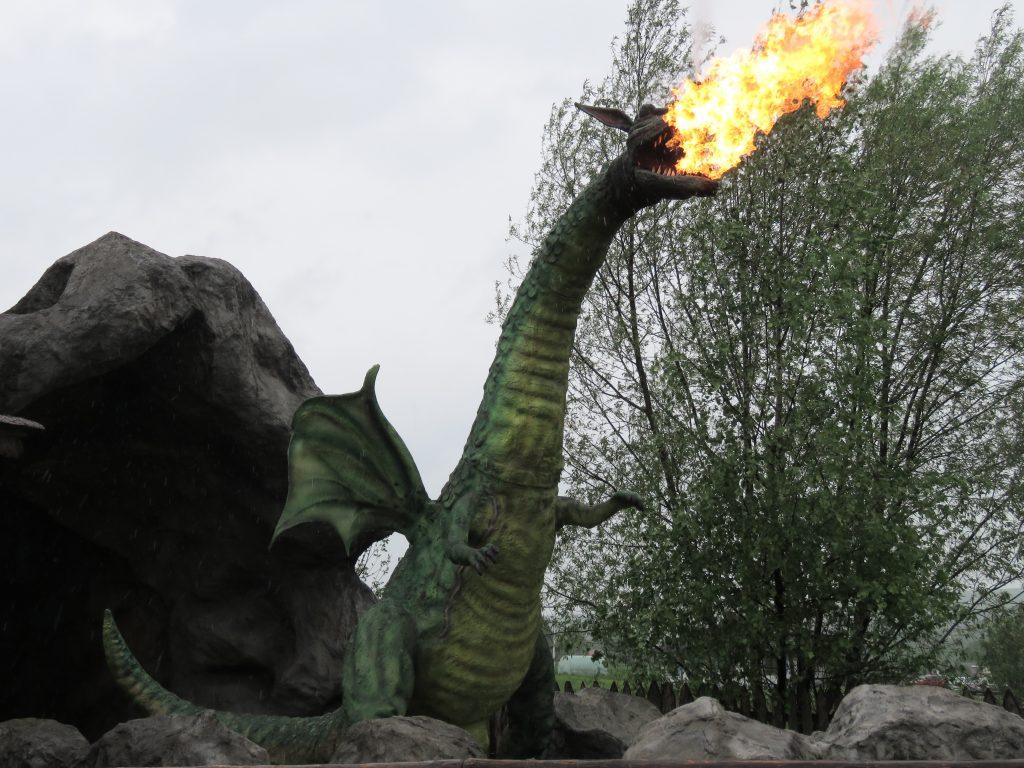 Ziejący ogniem, przyjazny smok w Warowni Inwałd