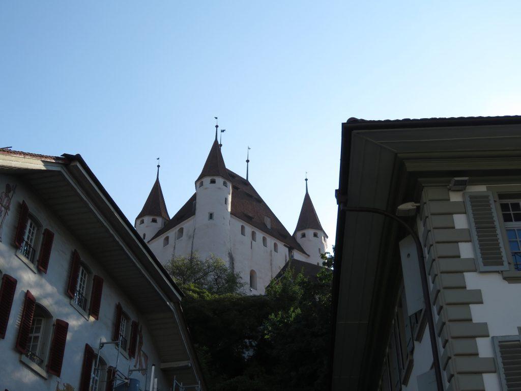 Widok z Placu Ratuszowego na Zamek w Thun